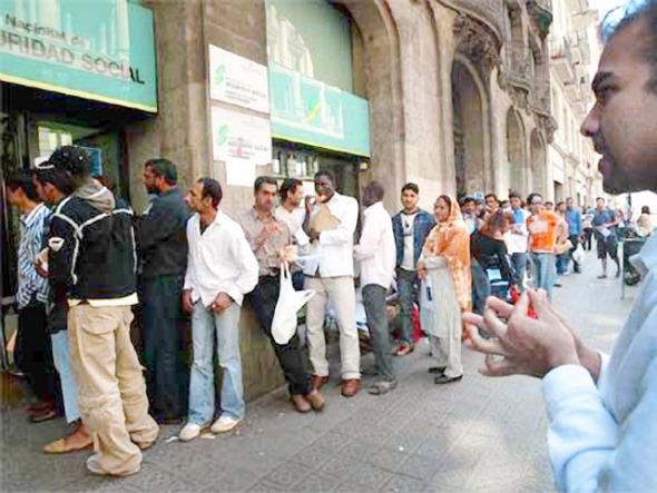 20050507_barcelona_cola_inmigrantes_regularizacion_590.jpg